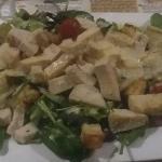 Insalata con petto di pollo,salsa caesar, carciofi, pomodorini e grana