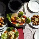 comida: ensalada, chipirones, papas arrugadas