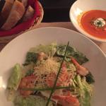 ルームサービスのスープとサラダ