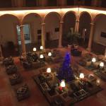 Patio central con la decoración de navidad