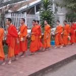 le jour se lève, les jeunes moines vont recueillir leur nourriture de la journée auprès de la po