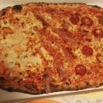 pizza famiglia:salame piccante,speck brie,4 formaggi