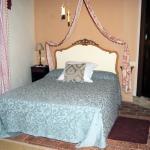 habitacion de lindos colores y de cama buena-como tiene que ser despues de hacer rutas de 12 hor