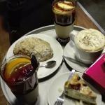 wspaniałe zimowe herbaty i zimowe latte, rogal migdałowy i sernik :-)