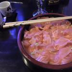 Chirashi saumon et saké japonais chaud