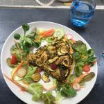 Quiche du jour (faite maison) : poulet à l'orientale, courgettes, olives, framboises avec sa pet