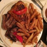 Menu côtelettes d'agneau (2) et 1/4 de cuisse de poulet ! Les frites sont parmi les meilleures q