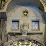 Por las dos ventanas aparecen las figuras cuando suena la hora.