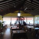 Salle du restaurant ouverte sur la mer