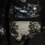 Vue sur le Lac Morency depuis la piste de raquettes.