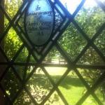 Vista do jardim através da janela