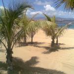 Su fina arena dorada y sus palmeras, hacen sentirse muy relajado.
