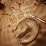 la mesa llena de petalos de rosas