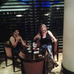 Tomando un trago, luego de la cena, en el Restaurant del hotel.