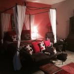 Une magnifique demeure, idéal pour une nuit romantique notamment avec le joli lit à baldaquin, l