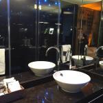 Badezimmer mit großzügiger Dusche und separaten WC. Sehr schöne Wasserfalldusche und alles sehr