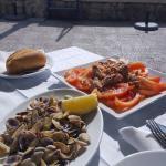 Coquinas y tomate con Atún