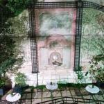 Vista hacia el patio y jardin interior de noche