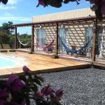 Vista del patio, la piscina y la terraza de los cuartos.