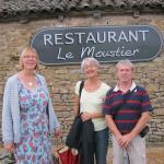 Devant le restaurant de Berzé la Ville