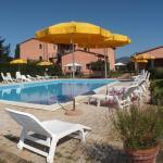 panoramica della piscina, solarium e gazebo con tavoli