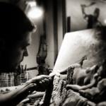 Escultor elaborando las placas de las leyendas del Hotel Llegendes de Girona