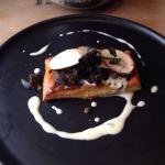 Tartare de bœuf bien assaisonné, boudin noir au haricot (Wow!) et feuilleté aux escargots (super