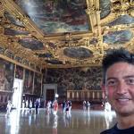 Dentro de uno de los salones del Palacio