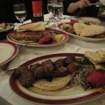 Brochettes grillées, oignons et tomate