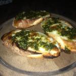 homemade Bruscetta mit Mozarella und frisch gemachten Pesto!