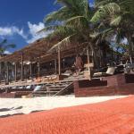 Es un hotel bonito, bien ubicado con una hermosa playa, reposeras y piscina. El desayuno es floj