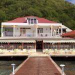 Vue de l'hôtel à partir du ponton