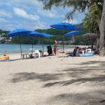 Stranden utanför Deng's. Kamala beach