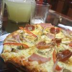 Pizza y jarra de limonada... ¡deliciosas!