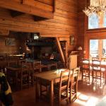 Belle terrasse ensoleillée, grande salle conviviale à l'intérieur et chambre charmante!
