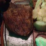 Ración de hojas de parra, pan árabes, ración de quibbes ( falta uno), punta de lomo y media cost