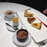 Un choix parmi la table des desserts!
