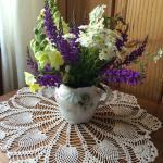 Arreglo de flores frescas en la habitación