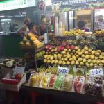 Bancarella di frutta fuori dal resort
