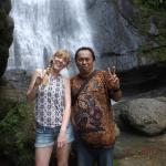 Bersama seorang wisatawan Inggris di Air Terjun Sarambu Sikore, Salu SOpai, Toraja Utara