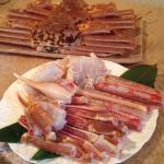手前のお皿は一人分、このほかに後ろの蟹が一人一杯控えていました!