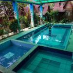 Piscina grande aclimatada (9am-9pm), piscina pequeña temperada e hidromasage caliente (5pm-9pm)
