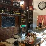Хорошая кондитерка в кафе, а также магазин итальянских деликатесов.