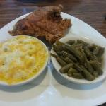 Fried chicken, mac & cheese, and green beans