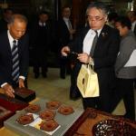 日本友人對於龍南天然漆博物館精湛的漆器作品也讚不絕口,詳細觀察記錄。(記者佟振國攝)