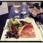 Tatin poireaux/jambon italien, velouté de pois cassés, salade