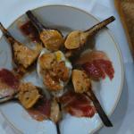 Alcachofas braseadas con foie virutas de jamón y huevo poche
