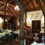 Das Restaurant mit Sitzecke vor dem Kamin