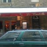 Vous cherchez de bonnes pizzas. Sans hésiter le castello à Saint Malo. Pâte fine et bien garnie.