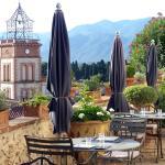 La terrasse des petits déjeuners face à la montagne.